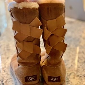 UGG Bailey bow size 6